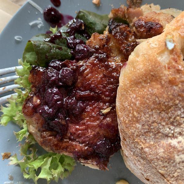 HOI 嚴選風味三明治 - 香煎雞腿佐藍莓醬