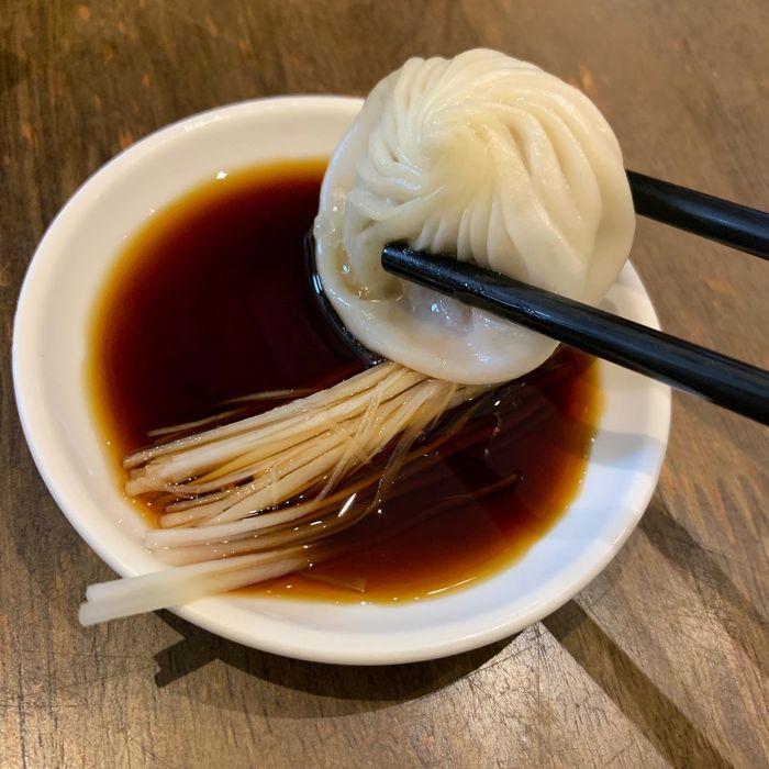 [中永和美食] 五草車中華麵食館永和店。小籠包醬