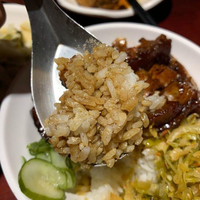 [台北美食] 大稻埕魯肉飯。撒胡椒粉