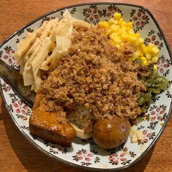 黑皮驊魯肉飯。旗魚鬆便當。