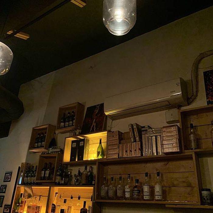 桃園酒吧推薦/偉朋雪茄館。Vesper Cigar Bar。桃園經國路酒吧。吧檯視角