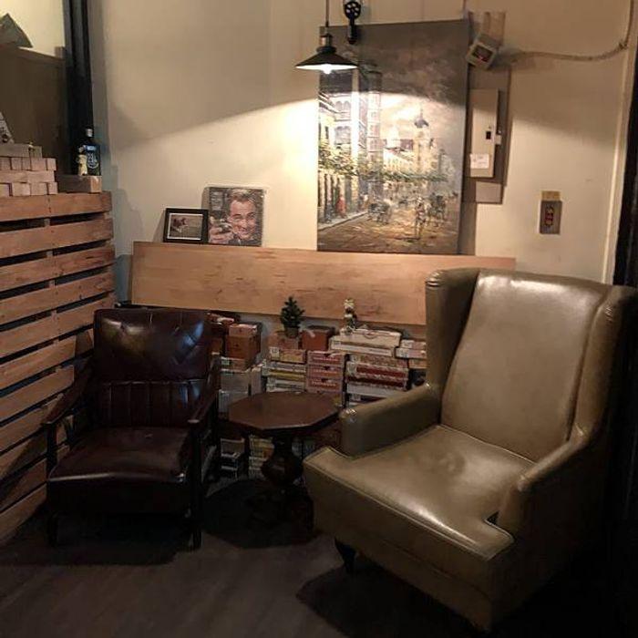 桃園酒吧推薦/偉朋雪茄館。Vesper Cigar Bar。桃園經國路酒吧。雙人座椅