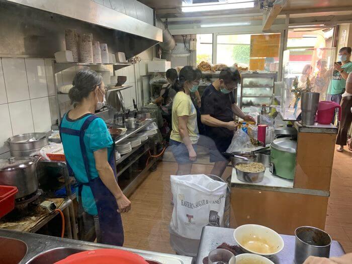 新竹阿婆早餐麵店/十八尖山新竹高中附近美食早餐午餐推薦/美味的背後藏著令人動容的堅毅故事/廚房