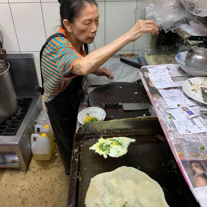 新竹阿婆早餐麵店/十八尖山新竹高中附近美食早餐午餐推薦/美味的背後藏著令人動容的堅毅故事/煎蛋餅的阿婆