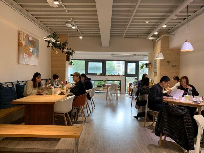 新竹竹北早午餐推薦/二十四分之一早午餐手作麵包/二樓內用座位區
