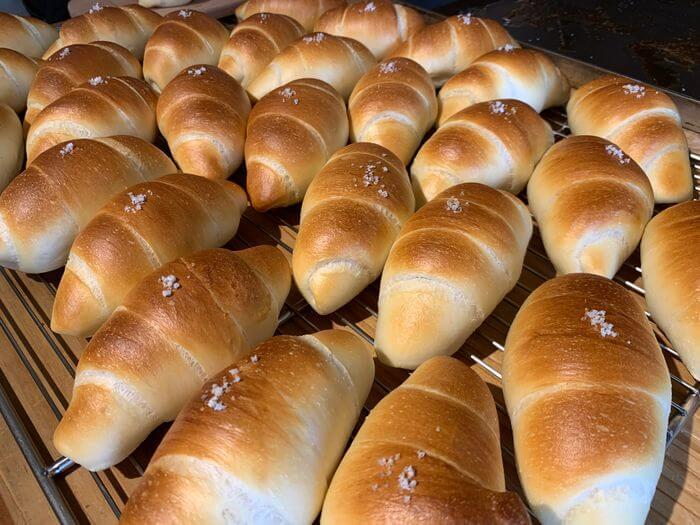 新竹竹北早午餐推薦/二十四分之一早午餐手作麵包/剛出爐的奶油捲