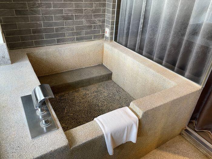 捷絲旅宜蘭礁溪館/溫泉親子飯店推薦/男女裸湯+戶外風呂SPA/礁溪兩天一夜怎麼玩/房間浴池