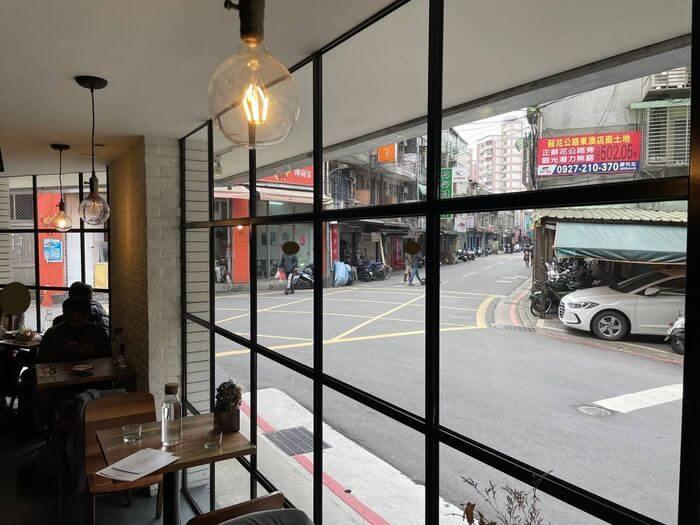 OZ Cafe & Bistro/台北信義區捷運象山101站附近早午餐推薦/採光好