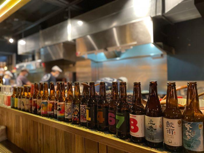 廢材串燒酒場/新竹竹北高鐵附近消夜推薦/內用區域瓶酒瓶裝飾